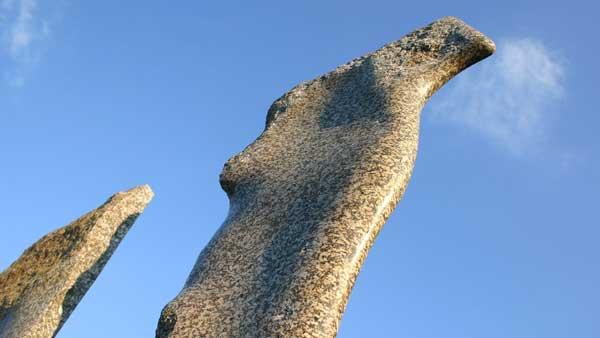 Ausschnitt der Stein-Skulptur Der Übergang in Ziersdorf im Weinviertel