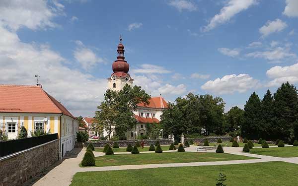 Ravelsbach Rundwanderweg bei der Kirche mit Barockgarten