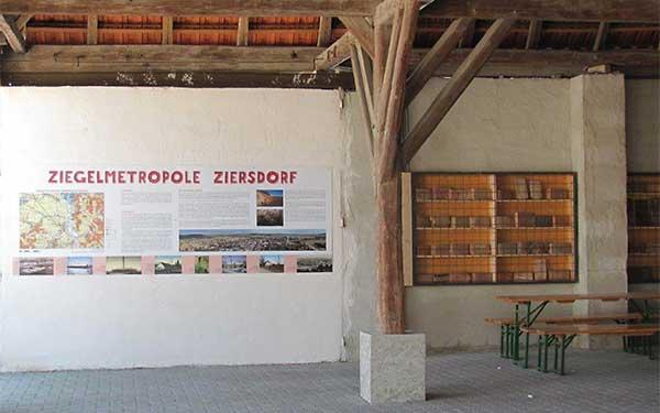 Ausflugsgruppe beim Ziegelmuseum Ziersdorf