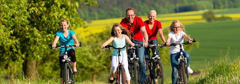 Familie auf Fahrradausflug im Schmidatal